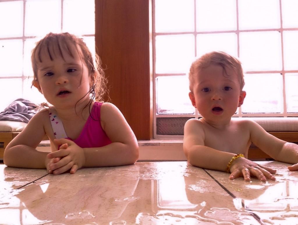 Lucie et Lony à la piscine