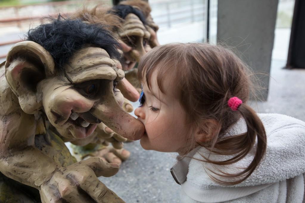 Lucie joue avec des trolls